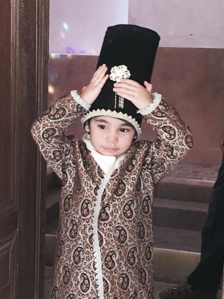Un bambino con abiti zoroastriani, nei pressi di Yazd